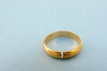 broken-wedding-ring-375x250